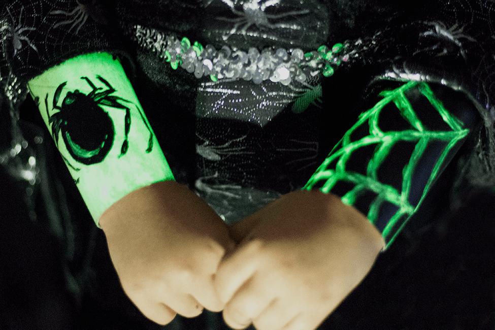 3 Last Minute Ideen für das Halloween-Kostüm - leuchtende Spinnenarmreifen