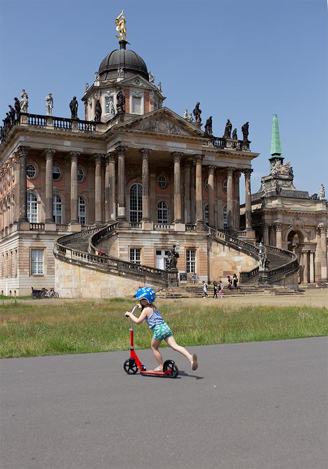 Sanssouci-Linie in Potsdam mit Kind