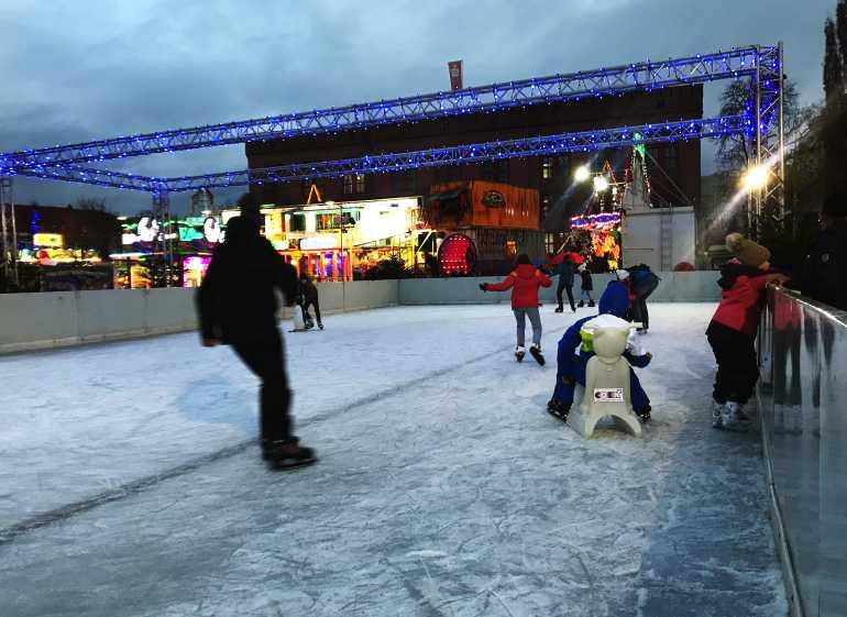 Eisbahn Potsdam Schlittschuhlaufen Luisenplatz Weihnachtsmarkt