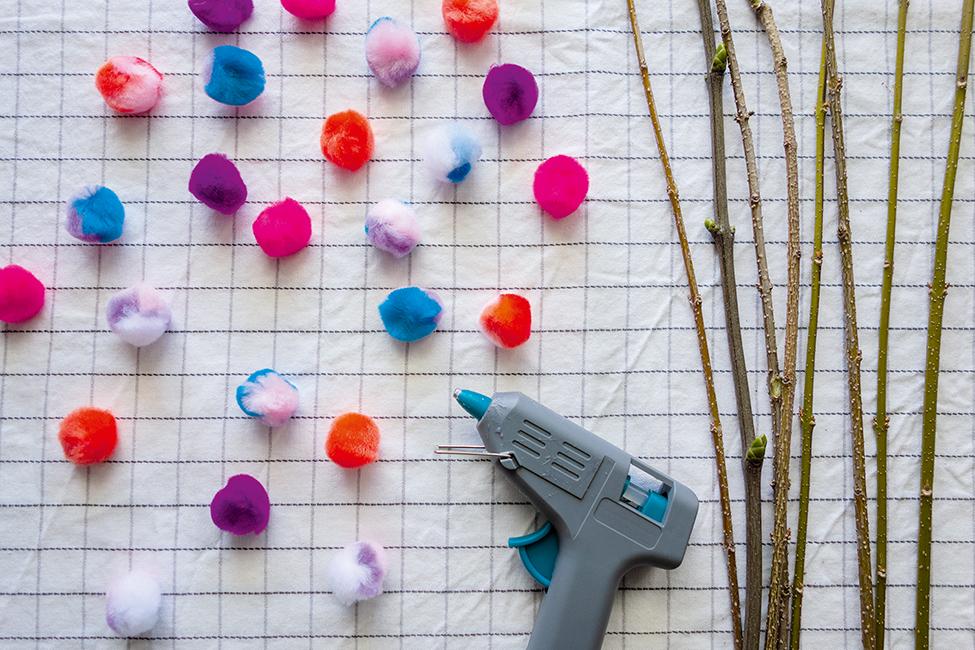 Frühlingsstrauß mit pom Poms basteln Kinder DIY