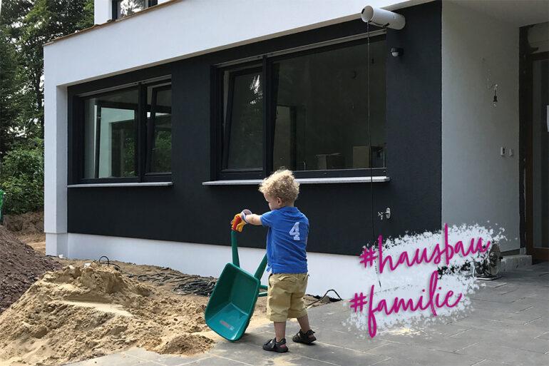Hausbau als Familie zu Hause Kinder bauen